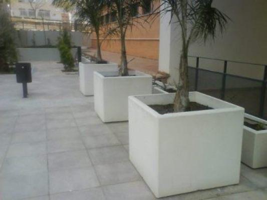 Jardineras de hormigón Mod.Nazaret, instladas en Paterna