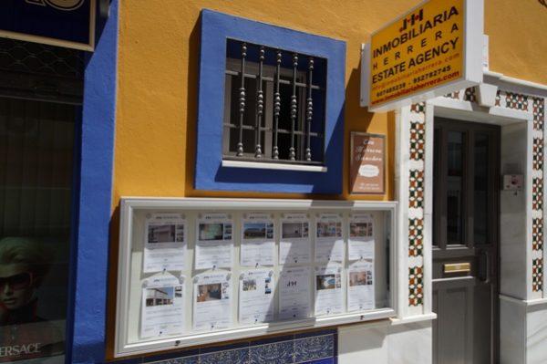 Vitrina 1000 personalizada Inmobiliaria Herrera ( Marbella )