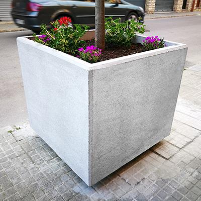 Jardinera hormigón tono liso para embellecer ciudades