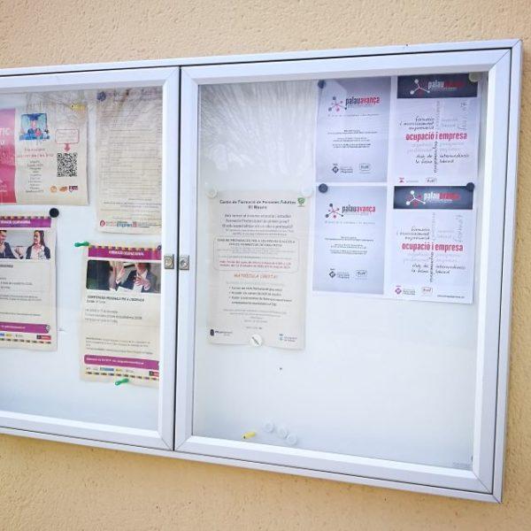 Vitrina informativa de Exterior Dos Puertas sita en Colegio