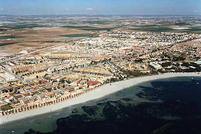 Los alcázares renueva mobiliario urbano en sus playas con papeleras de Martín Mena